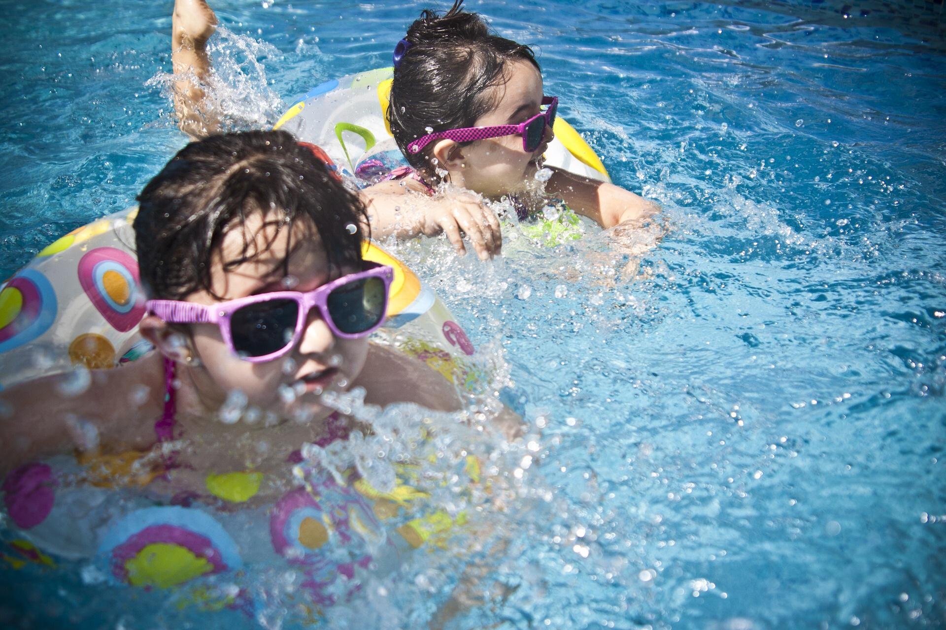 Freibad Kleinkinder plantschen im Wasser
