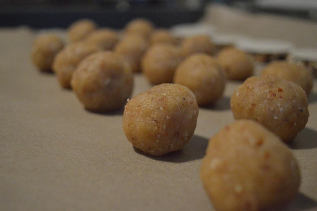 rezeptanleitung für zuckerreduzierte kinderkekse aus vanille mandel dinkel in bällchenform auf backpapier