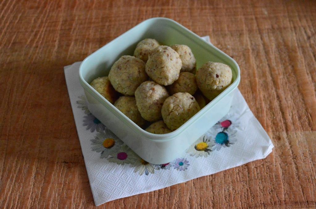 vanille mandel kekse zuckerreduziert in einer tupperdose